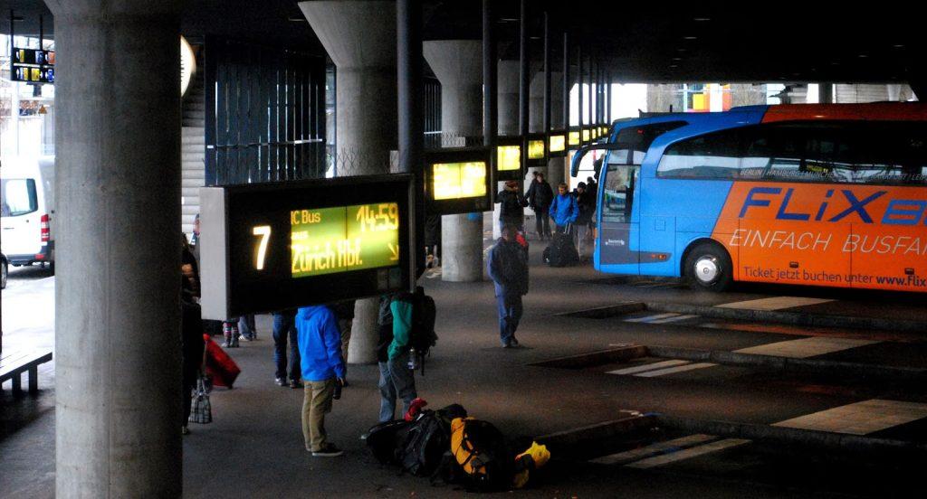 Anzeigetafeln und Bus im ZOB München