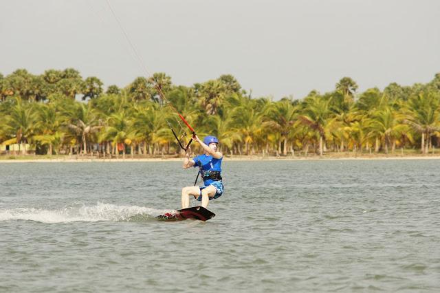 Wenn schon am Meer, dann auch auf dem Wasser: Roman beim Kitesurfen.