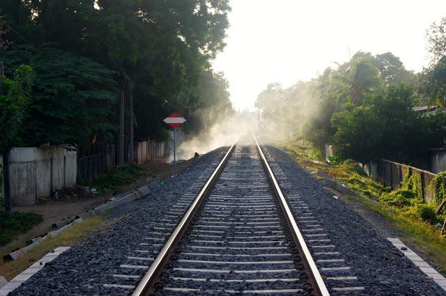 Neue Gleise quer durch Jaffna. Am Rand brennt ein kleiner Abfallhaufen.