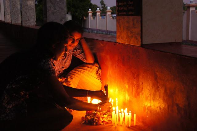 Zwei Tsunamiüberlebende trauern um ihre Eltern.