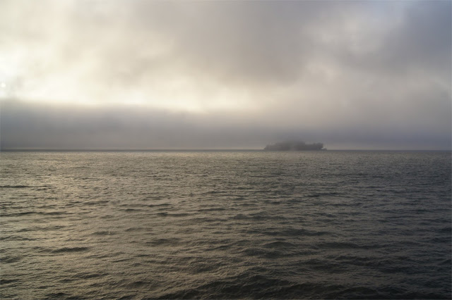 Alcatraz Island wird vom Nebel gefressen.