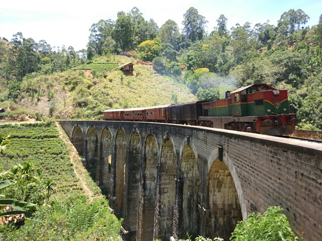 Die berühmte Nine-Arch-Bridge mit einem 'mixed train'.
