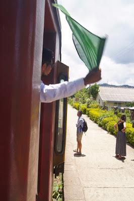 Abfertigung. Grüne Flaggen zeigen, dass alle eingestiegen sind.